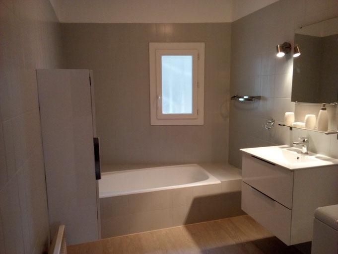 Home-staging, le peintre intérieur Montpellier a réalisé la rénovation d'une salle de bain en faisant une peinture sur faïences.