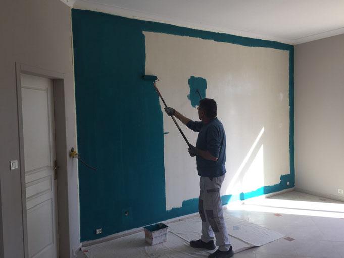 Peintres à Lattes, application d'une peinture de couleur tendance bleue