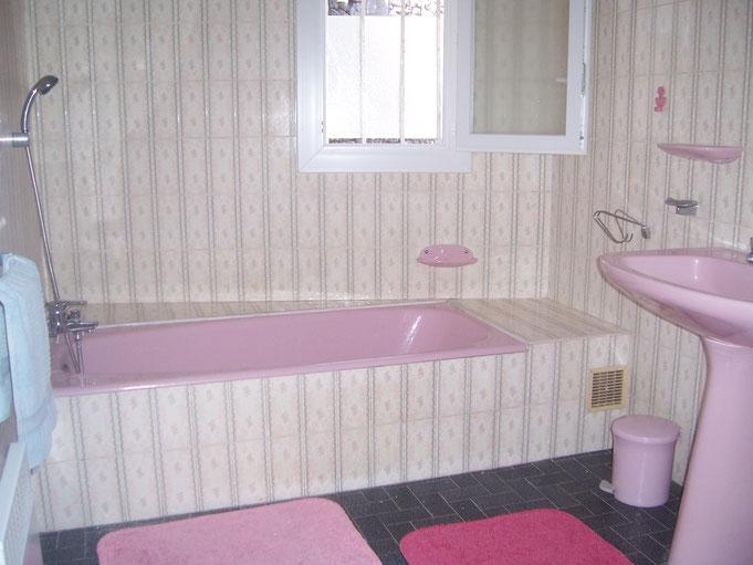 Home-staging Montpellier, la salle d'eau avant les travaux de peinture sur faïences.