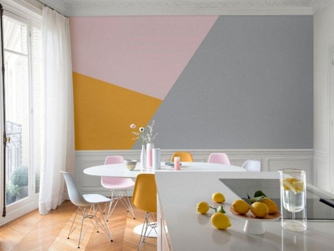 La peinture pastel de couleur rose a été utilisée pour créer un fond décoratif avec des motifs géométriques.