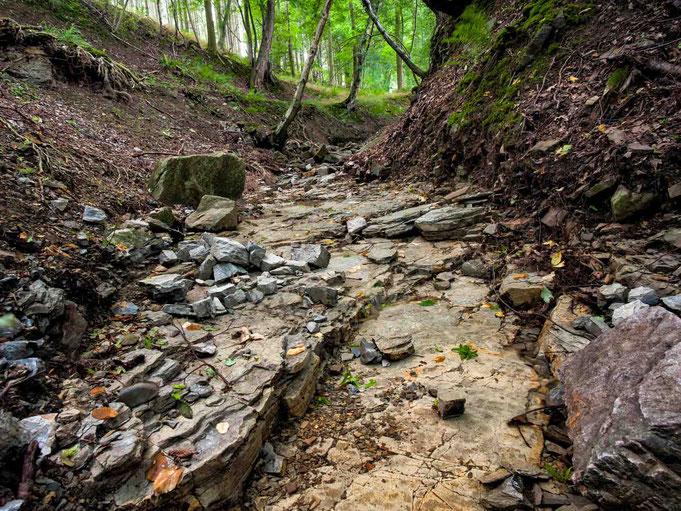 Durch die kraft des Wasser sind die Felsen ausgewaschende.