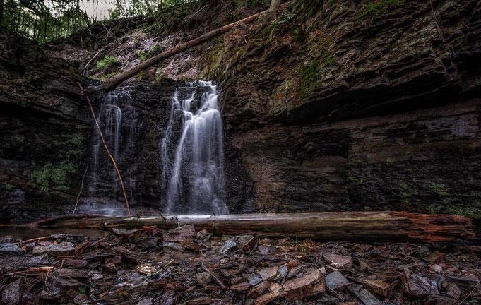 Der Wasserfall von unten. Wenn durch den Bach geht.