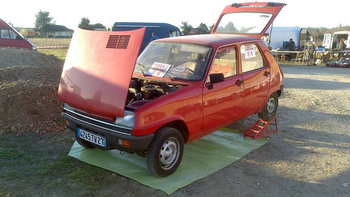 Une superbe Renault 5 rouge a gagné comme 1er prix de la loterie.