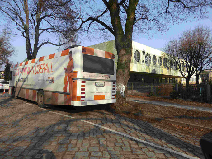 Der Bücherbus vor der Bruno-H.-Bürgel-Grundschule in Berlin-Lichtenrade    Foto: Dr. Gerhard Weil