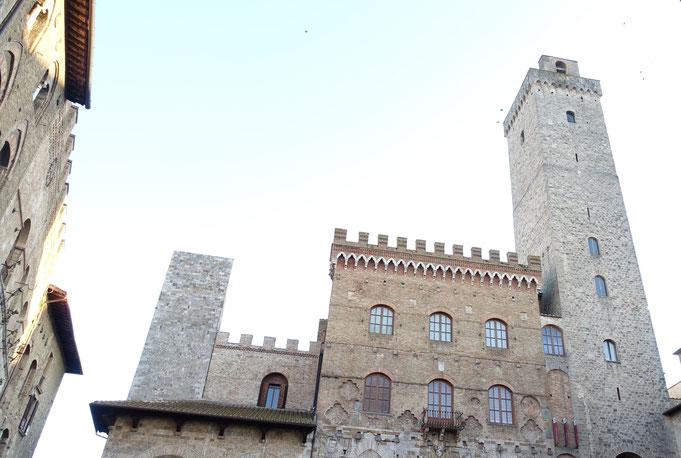 Turm des Rathauses von san Gimignano neben dem Dom