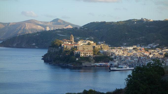 Die Stadt Lipari auf der gleichnamigen Insel wirkt von gegenüber aus wie gemalt
