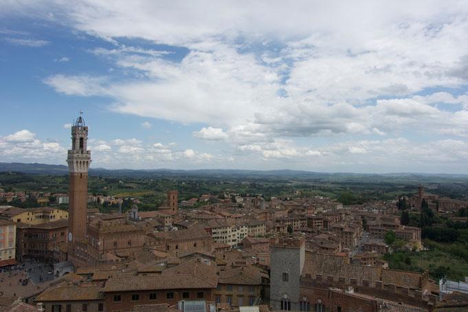 Siena von oben: Das ist der Blick von der Domfassade auf den Torre di Mangia.