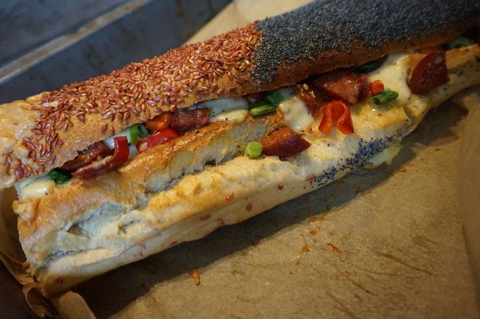 Buntes gefuelltes Baguette mit Sucuk und Kaese - Fingerfood