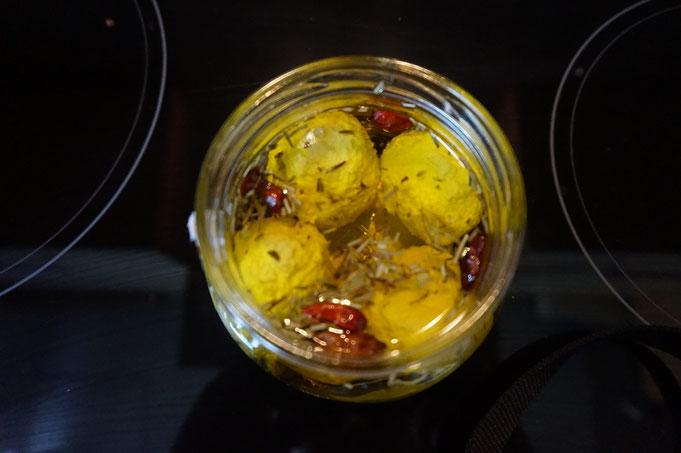 selbstgemachte Mozzarella in Chili-Olivenoel eingelegt