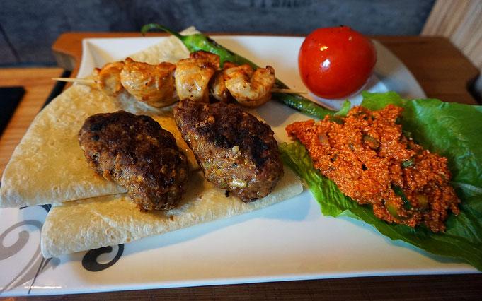 Beyti Urfa | Tuerkischer Grillteller mit Bulgur Salat