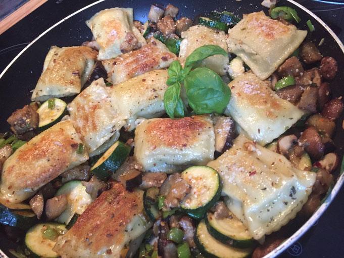 Parmesan-Maultaschen mit Gemuese aus der Pfanne