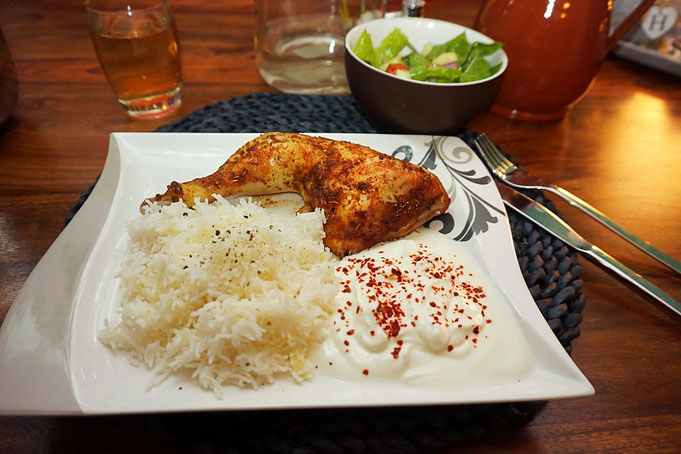 Typisch Tuerkisches Abendessen Haehnchen mit Reis und Salat