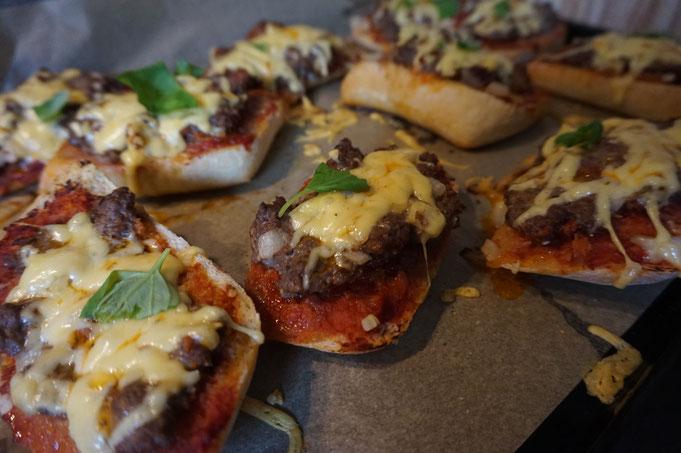 Broetchen Pizza mit Hackfleisch und Kaese - Party Snack