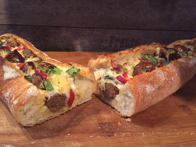 Gefuelltes Baguette mit Merguez Bratwurst und Kaese