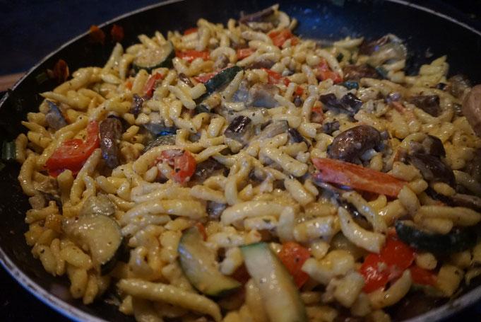 schnelle Spaetzlepfanne mit Gemuese |Aubergine Zucchini