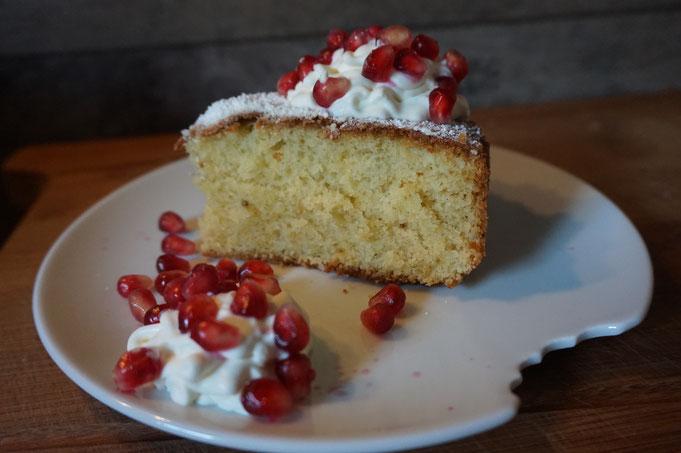 Rezept einfacher saftiger Vanillekuchen mit Sahne und Granatapfel
