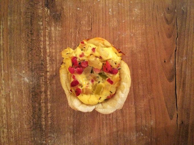 saftige Zwiebelkuchen Muffins in der Muffinsform