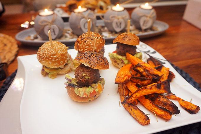 Mini-Burger am Spiess mit Guacamole und karamellisierten Zwiebeln