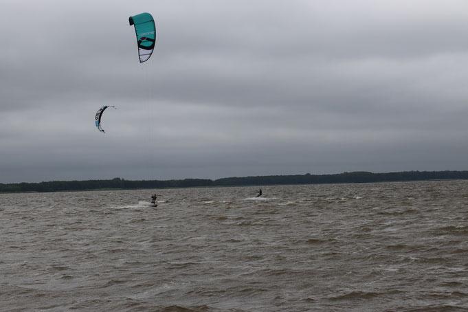 bei bestem Herbstwetter sind auch Kitesurfer unterwegs
