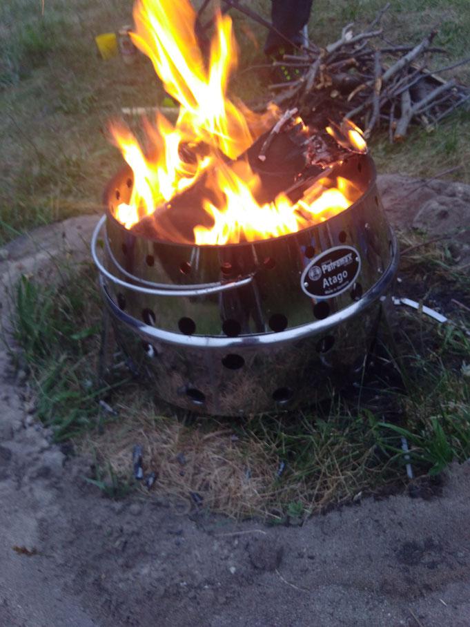 Kleines Lagerfeuer am Abend