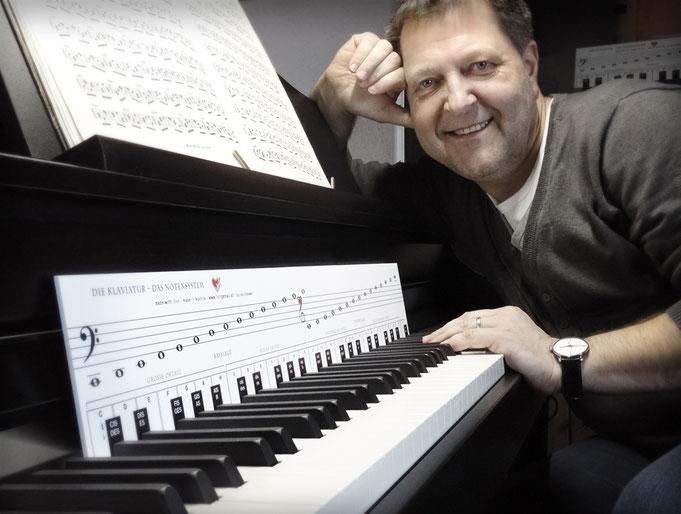 """Bernhard Rauchbauer am Piano mit der """"Klaviatur mit Herz"""""""