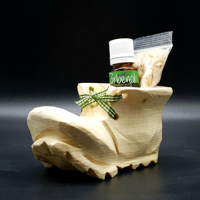 Schuh aus Zirben Holz geschnitzt, mit Zirbenspänen und 10 ml echten Zirbenöl