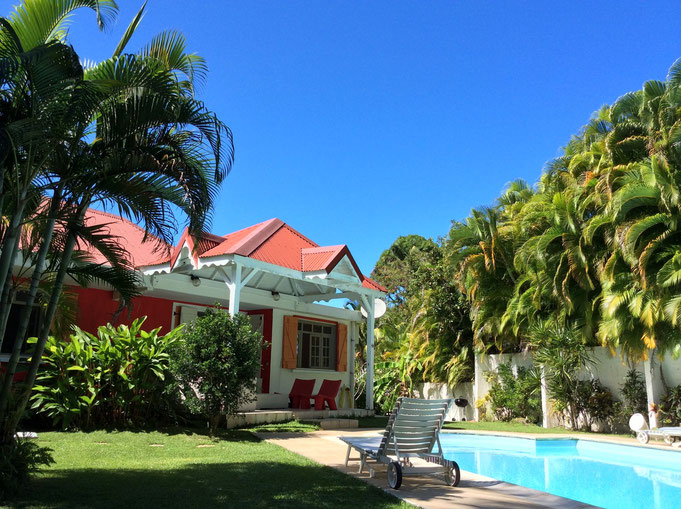 Jardin et piscine des Gîtes Mangoplaya, Deshaies, Guadeloupe