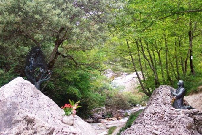 Ecco l'opera nel suggestivo ambiente naturale del torrente  dell'Ambro