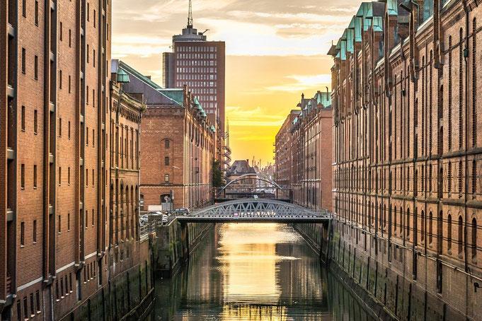 Hamburger Fluss mit Klinkerhäusern