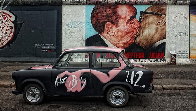 Berliner Mauer mit Trabi im Vordergrund in Berlin