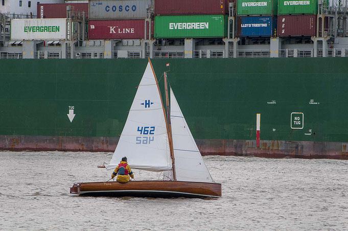 """Die Elbjolle """"hoch am Wind"""", vor Wittenbergen, dahinter ein Grosscontainerschiff von 400 Meter Länge!"""