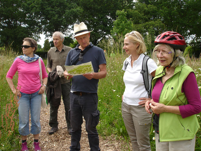 Christian mit Hut ud Teilnehmern der Radtour Rissener Bürgerverein im neuen Baumpark Pinneberg:  Foto Eva M. Oehrens