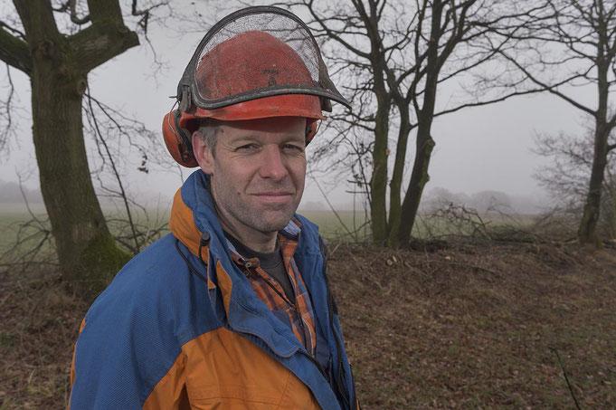 Der Bauer Laurence Doungworth hat einen harten Job mit der Motorsäge am Knick hinter sich.