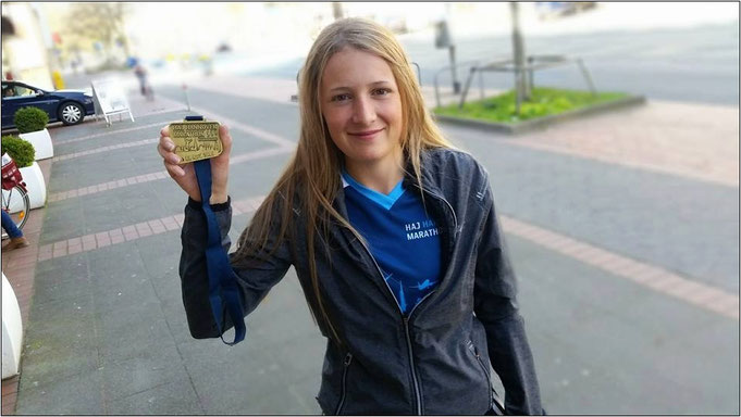 Angekommen und richtig stolz. Sarah nach dem Hannover Marathon.