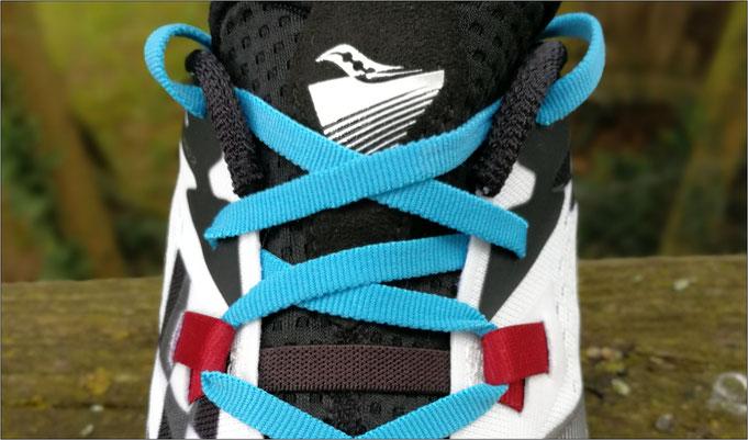 Durch Laschen im Mittelfußbereich sitzt der Schuh besser.