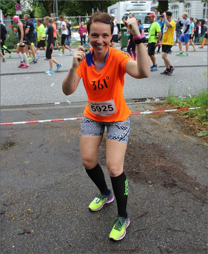 Lauffreude pur! Nach dem Zieleinlauf beim Hella Halbmarathon. Bildquelle: Bianca