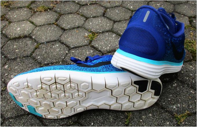 Auffallend sind die tiefen Einkerbungen im Außen- und Mittelsohlenbereich / Durch die Flexkerben fällt der Schuh sehr flexibel aus.