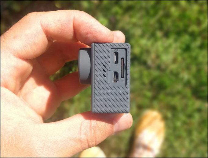 Die Anschlüsse & das Fach für die Micro SD-Karte.
