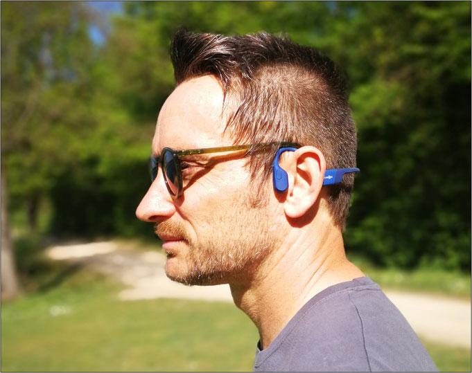 Dieser Kopfhörer sitzt vor dem Ohr!