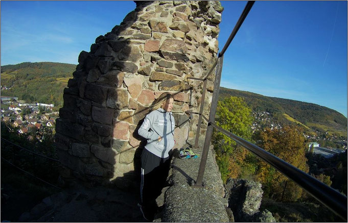 Château Hugstein. Im Hintergrund sieht man den Ortsteil Buhl. Dort wohnt Sarah derzeit.