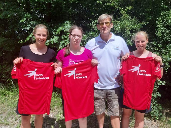 """Der Stiftungsgründer von """"Deutschland Schwimmt"""", Alexander Gallitz, überreichte der erfolgreichen Triathlonstaffel der Welsch-Geschwister persönlich T-Shirts für den anstehenden Wettkampf."""