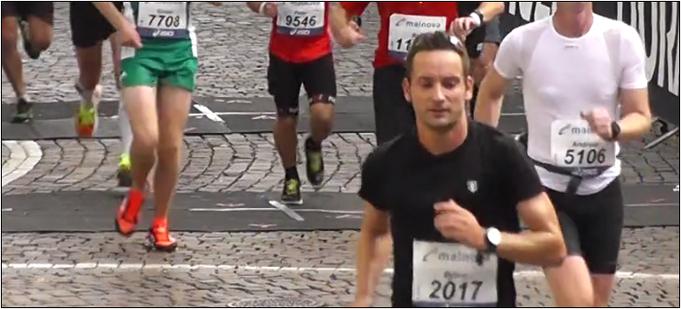 Das entspannte Gesicht täuscht. Beim Frankfurt Marathon hatte ich fiese Krämpfe. Bildquelle: Asics.com
