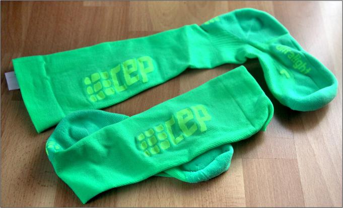 Die Socken tragen jeweils das große CEP-Logo.
