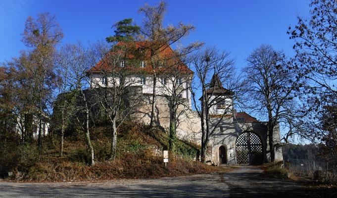 "Am Schloss Roseck ist die ""Südumfahrung"" mit Bauzaun versperrt"