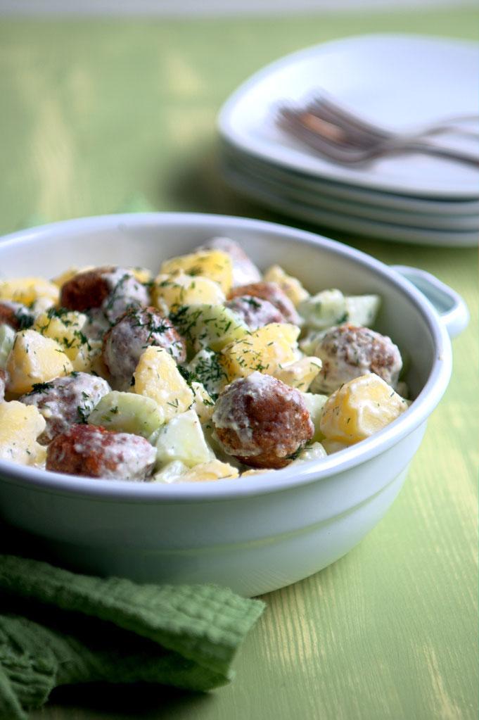 Kartoffelsalat mit Gurken und Hackbällchen, vegetarisch oder vegan