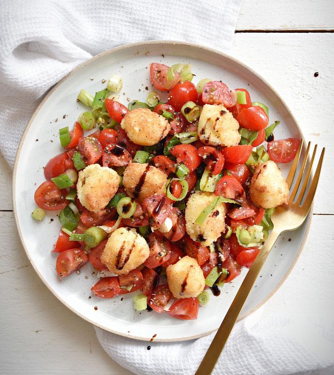 Tomatensalat mit gebratenem Mini Mozzarella