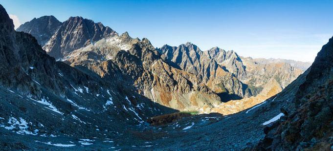 Der Blick von der Scharte hinunter zum See. Auch die Gerlachspitze ist hier links zu erkennen.