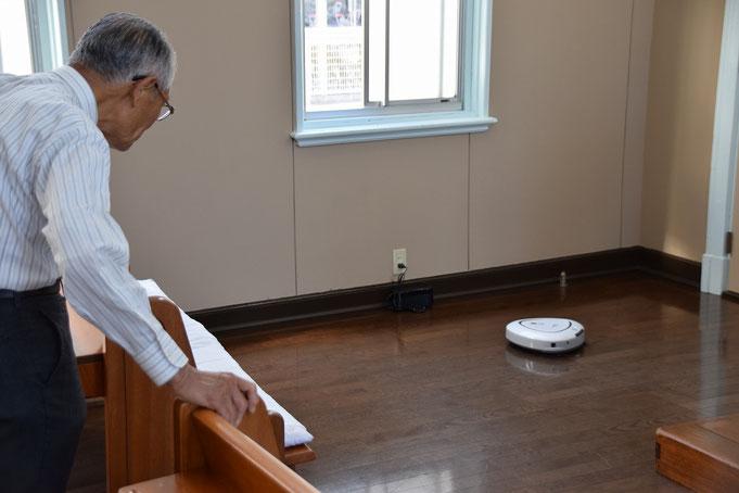 2017年5月19日(金)の15時過ぎ、お試しでお借りした、ダスキンさんのお掃除ロボットの働きぶりを、旭東教会の頼りになる電気屋さん?正さんに見てもらっているところです(^^♪