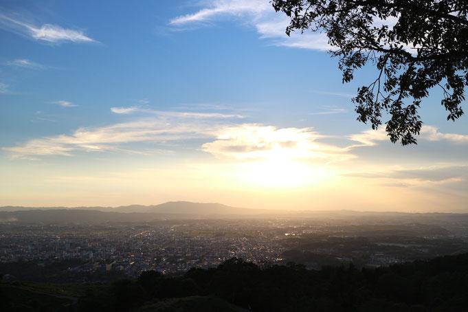 京都市下京区四条烏丸の心療内科、女医のいるメンタルクリニック、京都を一望できる丘、夕暮れ