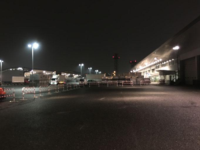 福岡県手乗りインコ小鳥販売店ペットショップミッキン 福岡市の福岡空港のトラックヤード国内便受け渡し場の夜間の写真です。